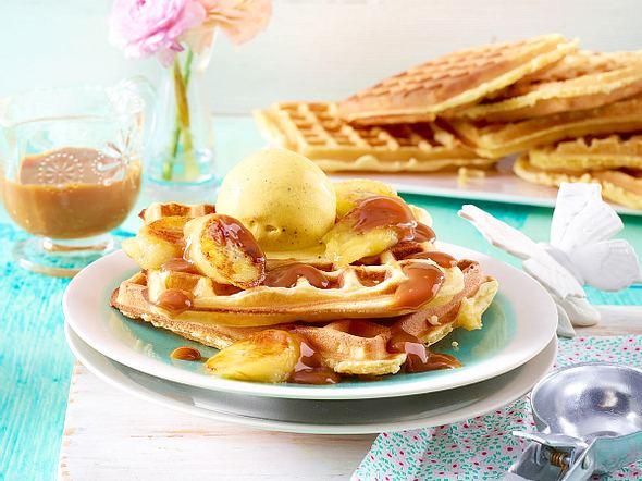 Waffeln mit gebratenen Bananen, Vanilleeis und Karamellsoße Rezept