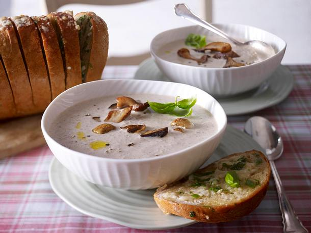 Waldpilzcremesuppe mit warmem Knoblauch-Parmesan-Brot Rezept