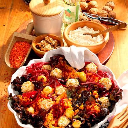 Walnuss-Frischkäsekugeln auf Salat Rezept