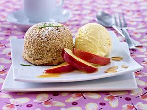 Warmes Mandel-Rosmarin-Küchlein mit Vanilleeis und Apfelspalten Rezept