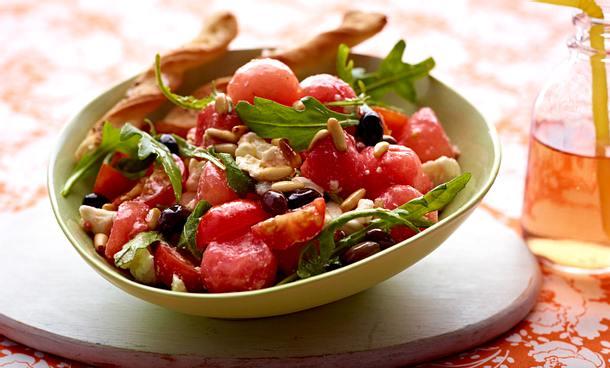 Wassermelonen-Fetasalat mit Rauke und Brotsticks Rezept