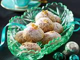 Weihnachtsbällchen mit Kokosraspeln und Mandeln Rezept