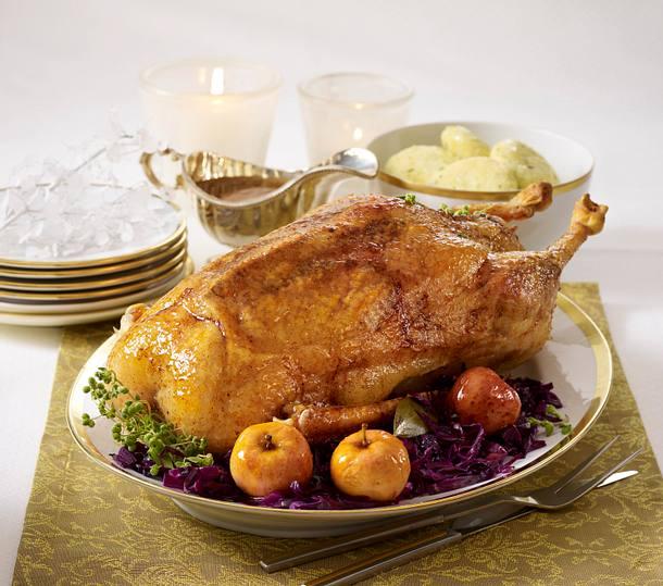 Weihnachtsgans mit Gewürzrotkohl, Knödeln und Bratäpfeln Rezept