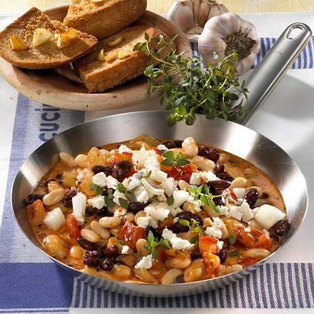 Weiße Bohnenpfanne mit Feta, Gemüsezwiebel und Thymian, dazu Knoblauchbrot Rezept
