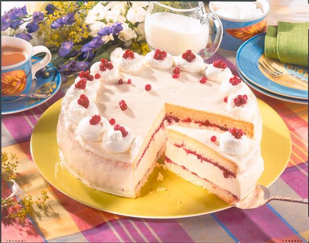 Weiße Mousse-Torte mit Preiselbeeren Rezept