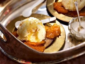 Weiße Schokoladen-Mousse mit Waffelbröseln und Clementinen Rezept