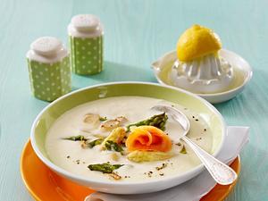Weiße Spargelcremesuppe mit Räucherlachs und gebratenem grünen Spargel Rezept