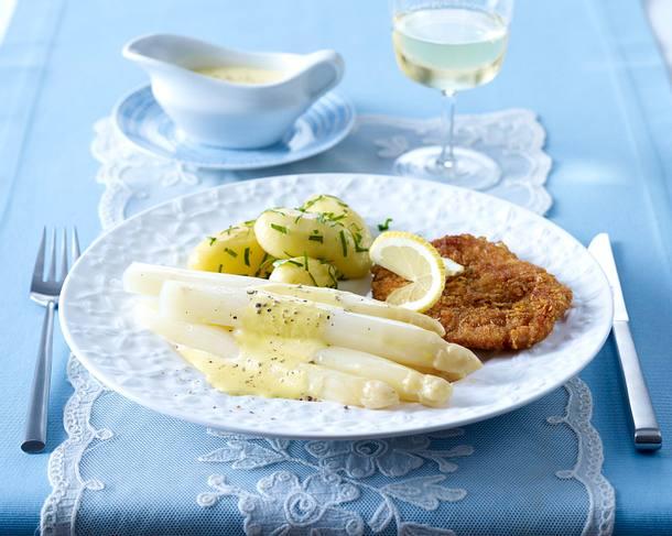 Weißer Spargel mit Joghurt-Hollandaise zu Knusperschnitzel und Petersilienkartoffeln Rezept