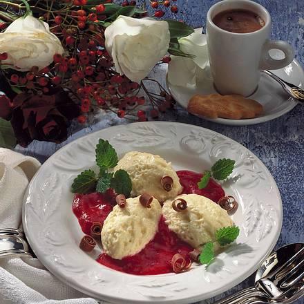 Weißes Schokoladen-Mousse mit Himbeersoße Rezept