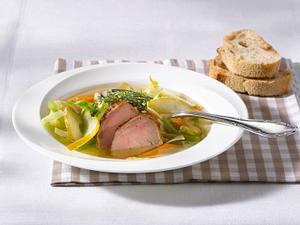 Weißkohlsuppe mit Schweinefilet, Möhren und Birnen Rezept