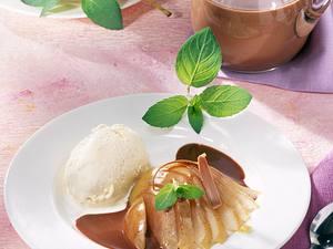 Weißwein-Birnen zu Vanille-Eis und Schokosoße Rezept