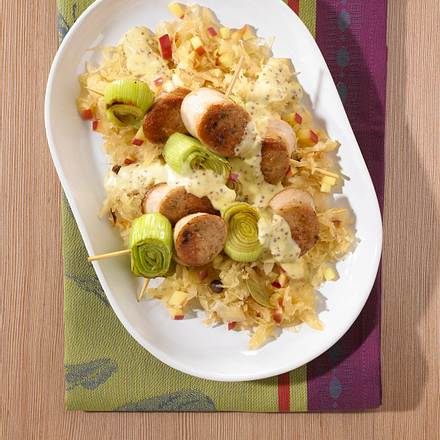 Weißwurstspieß mit Porree auf Sauerkraut und körnige Senfsoße Rezept