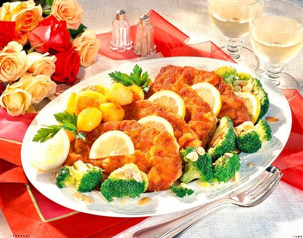 Wiener Schnitzel mit Mandel-Broccoli und Röstkartoffeln Rezept