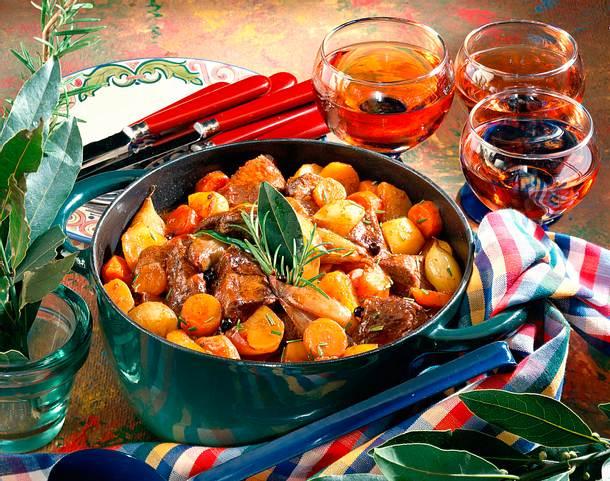 Wildgulasch-Eintopf mit Möhren und Schalotten Rezept