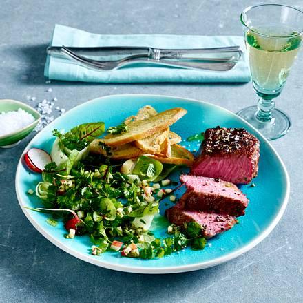 Wildkräuter-Salat mit Brotchips und Steak Rezept