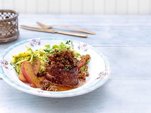 Wildschweinmedaillons mit Bröselhaube & Apfelsoße Rezept