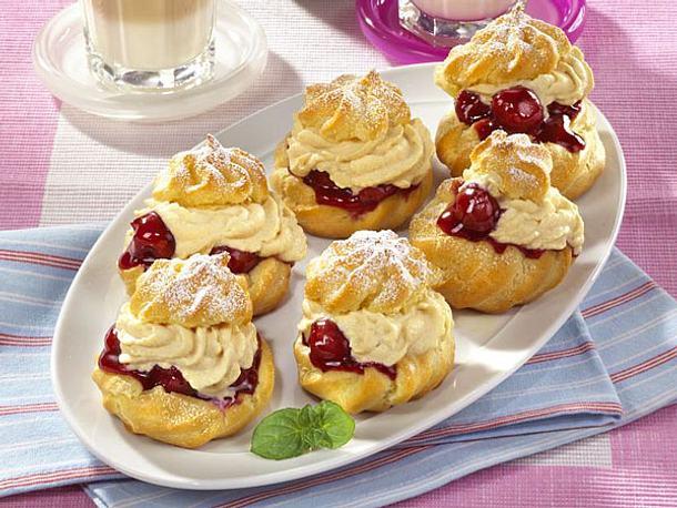 Kuchen mit windbeutel und kirschen