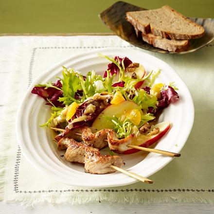 Winterlicher Salat mit Schnitzel-Saté-Spießen Rezept