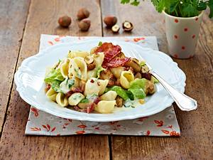 Winternudeln mit Römersalat in würziger Käsesoße Rezept