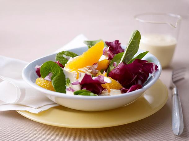 Wintersalat mit Orangenfilets und Joghurt-Orangen-Soße Rezept