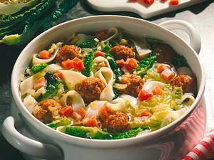 Wirsingsuppe mit Majoran-Mettklößchen Rezept