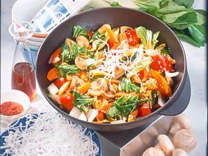 Wok-Gemüse mit knusprigen Glasnudeln Rezept