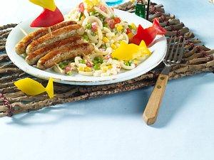 Würstchenfloß mit Paprikasegel, dazu bunter Nudel-Strand-Salat Rezept