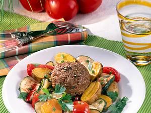 Würzige Frikadelle im Gemüsebett Rezept
