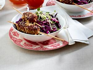 Würzige Hackspieße mit Rotkohl-Salat und Chilisoße Rezept