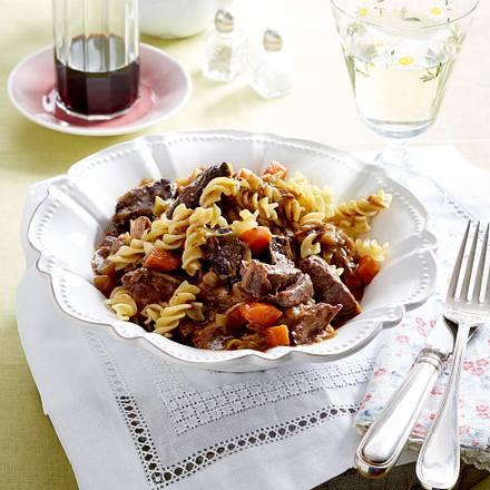 Würziges Gulasch mit Spirelli Rezept