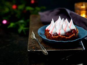 X-Mas-Portionspie (Lebkuchen-Törtchen mt Kirschkompott und Eiweißcreme) Rezept