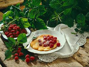 Zarte Eierpfannkuchen mit Himbeeren Rezept