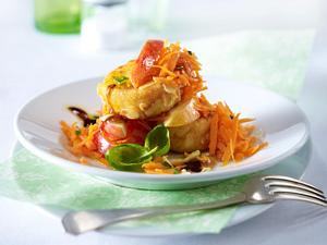 Ziegenkäsetaler in Mandelkruste auf Apfel-Möhren-Salat mit Ingwerdressing Rezept