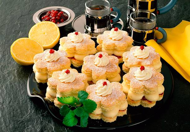 Zitronen-Biskuit-Blüten mit Preiselbeeren Rezept