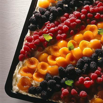 Zitronenblechkuchen mit buntem Obstbelag Rezept