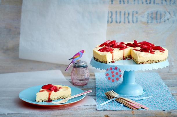 Zitronenmousse-Torte mit Rhabarber Rezept