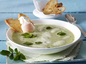 Zucchini-Brunnenkressesuppe mit pochiertem Ei und Brotchips Rezept