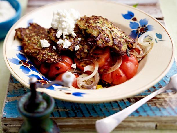 Zucchini-Hack-Puffer mit Tomatensalat Rezept