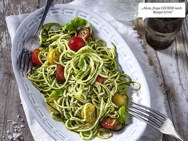 Zucchini Nudeln Zoodles Mit Kirschtomaten Und Pesto Rezept Lecker