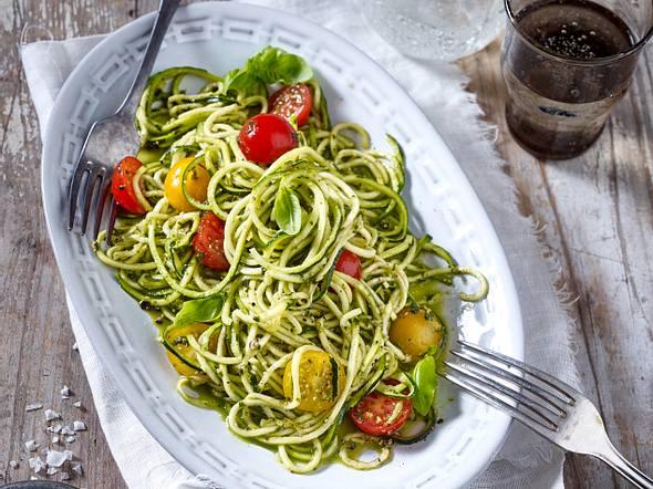 Zucchini-Nudeln (Zoodles) mit Kirschtomaten und Pesto Rezept