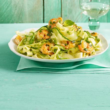 zucchini pasta mit limonenpesto und garnelen rezept. Black Bedroom Furniture Sets. Home Design Ideas