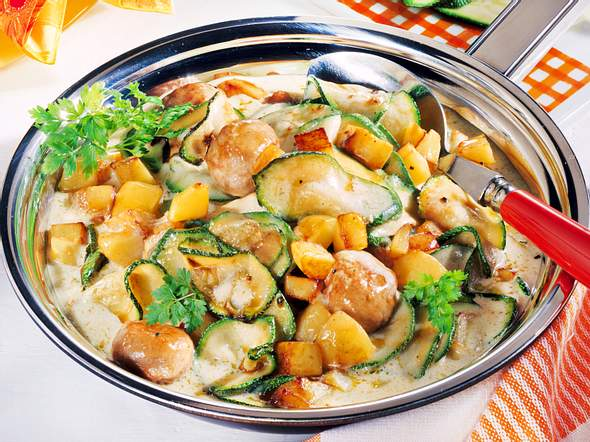 Zucchini-Pfanne mit Wurstklößchen Rezept