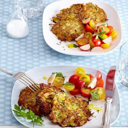 Zucchini-Puffer mit Tomatensalat Rezept