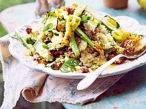 Zucchini-Quinoa-Salat mit Halloumi und Röstnüssen Rezept