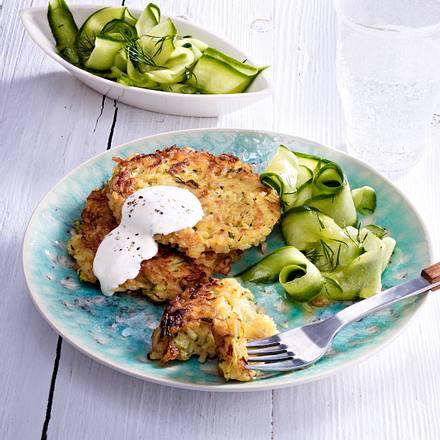 Zucchini-Reis-Puffer mit Gurkensalat Rezept