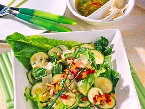 Zucchini-Salat mit Pestosoße Rezept