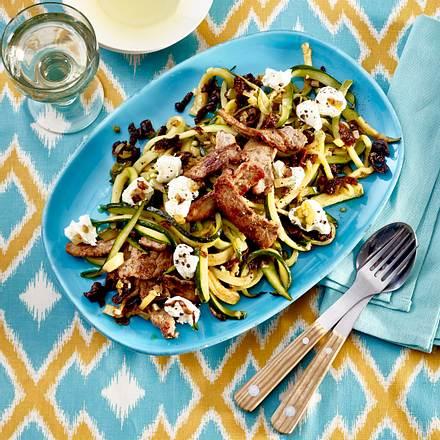 Zucchini-Spaghetti mit Ziegenfrischkäse und Steakstreifen Rezept