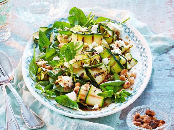 Zucchini-Spinat-Salat mit Erdnüssen Rezept