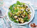Zucchini-Spinat-Salat mit Erdnüssen