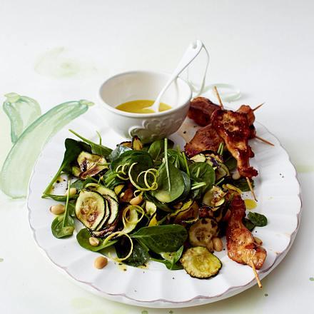 Zucchini-Spinat-Salat mit Hähnchenspießen Rezept